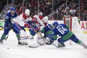 Tomáš Tatar (uprostred) v skrumáži pred bránkou Jacoba Markstroma v zápase základnej časti NHL 2019/2020 Vancouver Canucks - Montreal Canadiens.
