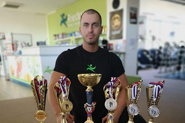Marek Vlček s oceneniami.