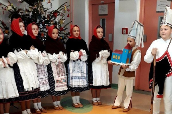 Medzi rovesníkov, ktorí sú v nemocnici, zavítali aj malí folkloristi.