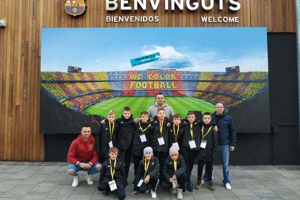 žiaci z víťaznej triedy pred štadiónom v Barcelone