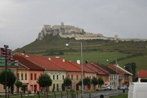 Z hradobných múrov Spišského hradu sa uvoľňujú kamene.