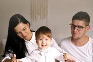 Rodina je pre Viliama Rakicu veľmi dôležitá. Na fotke smanželkou Dominikou asynčekom Markom.