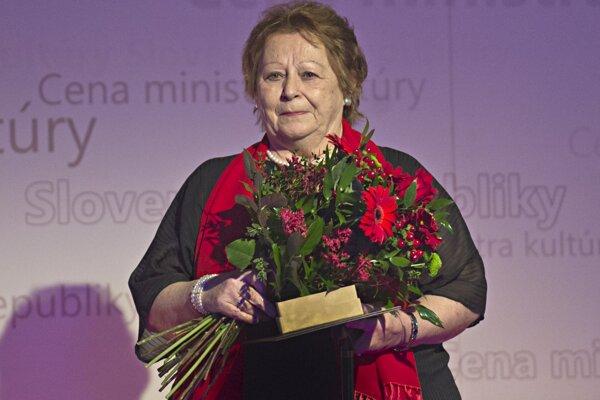 Jana Liptáková po prebratí ocenenia za celoživotný prínos v oblasti umenia z rúk ministra kultúry.