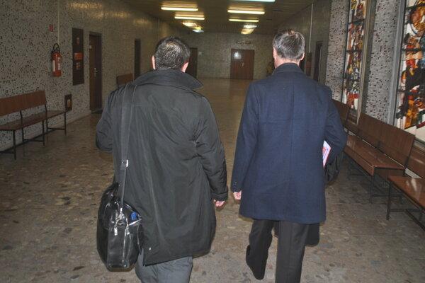 Dvoch z kvarteta obžalovaných zastupovali na súde advokáti. Vľavo Jaroslav Homza (za Gabriela K.) a vpravo Dušan Antol (za Eriku K.).