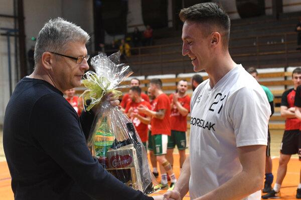 Riaditeľ turnaja Marek Matej (vľavo) odovzdáva cenu najlepšiemu hráčovi Dávidovi Kerestešovi.