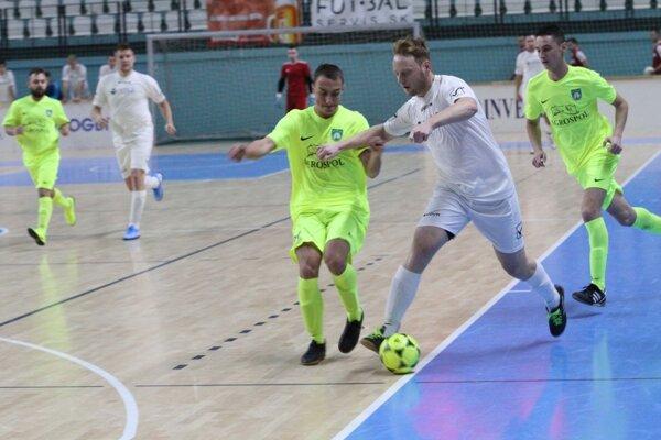 Dnešnú gólovú porciu na Pohári Jozef Husárika rozbehli pekné kúsky Pavla Lacu z Cabaja-Čápora do siete Babindolu (6:0).