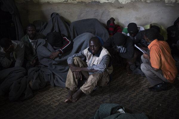 Líbyjskí migranti v záchytnom centre v Tripolise.