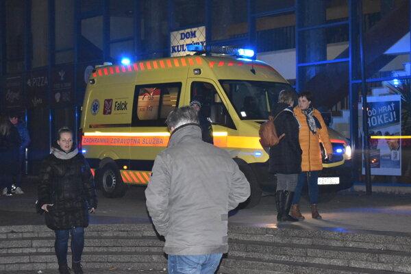 Zdravotnícki záchranári zasahovali počas silvestrovských osláv na humenskom námestí. Ošetrili muža, ktorý si pri páde poranil hlavu.  Skončil v nemocnici.