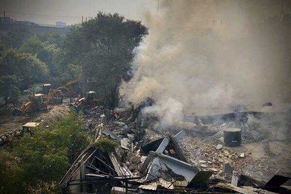 Továreň sa zrútila na západe mesta v blízkosti stanice metra Peera Garhi.