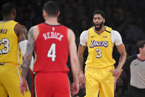 LeBron James (vľavo), JJ Redick (v strede) a Anthony Davis v zápase NBA 2019/2020 Los Angeles Lakers - New Orleans Pelicans.