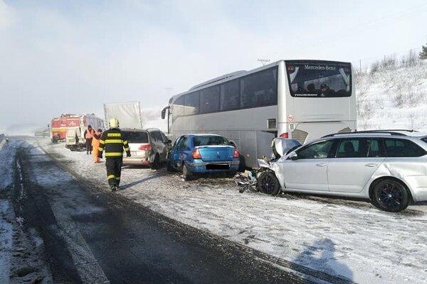 Hromadná nehoda na diaľnici.