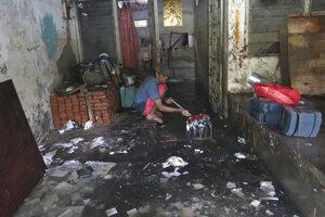 Veľká voda vyhnala z domovov desaťtisíce ľudí, ktorí žijú v nevyhovujúcich podmienkach v núdzových prístreškoch.