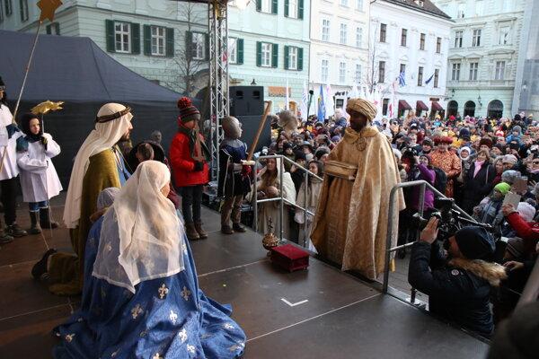 Účastník predstavujúci jedného z troch kráľov prináša dar malému Ježišovi počas Trojkráľového sprievodu v uliciach bratislavského Starého Mesta v rámci sviatku Zjavenie Pána a Traja králi. Bratislava, 6. január 2020.