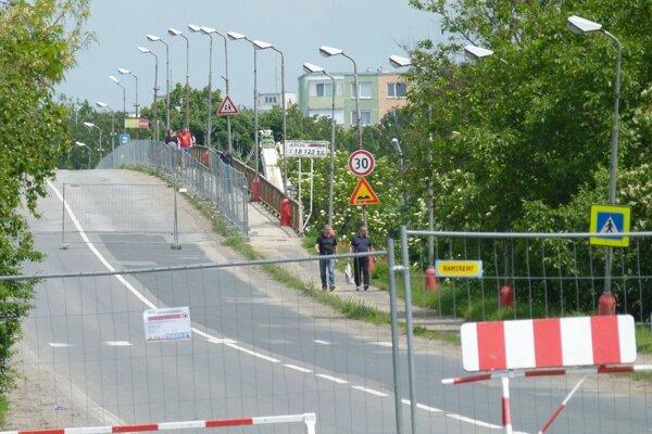 Levický nadjazd zatvorili 25. mája. Termín dokončenia mosta bol z 22. decembra 2019 presunutý na august 2020.