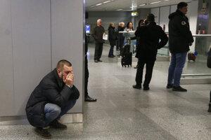 Príbuzný jednej z obetí havarovaného ukrajinského lietadla typu Boeing 737-800 reaguje na medzinárodnom letisku v Kyjeve 8. januára 2020.