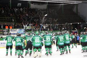 Spoločná radosť novozámockých hokejistov s fanúšikmi po víťazstve nad Slovanom.