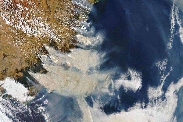 Dym z požiarov na juhovýchode Austrálie dňa 6.1.20120.