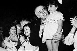 Albánsky diktátor Enver Hodža. Jeho manželka o ňom tvrdí, že bol citlivá duša a popravy nariaďoval zo štátnickej povinnosti.