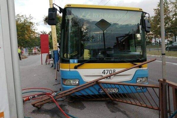Autobus pritlačil ženu k tomuto zábradliu.