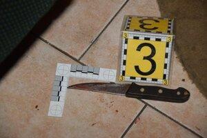 Žena pichla seniora nožom.