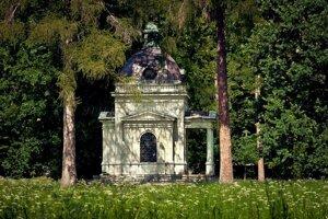 Fotografia z parku s mauzóleom.
