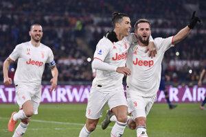 Cristiano Ronaldo (v strede).