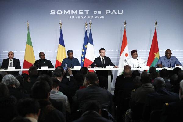 Francúzsky prezident Emmanuel Macron na stretnutí s lídrami krajín Sahelu.