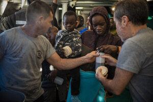 Migranti z Líbye na ostrove Lampedusa.