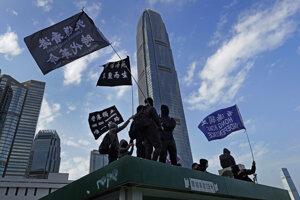 Demonštranti mávajú vlajkami s nápisom Nezávislosť Hongkongu počas protestu v Hongkongu 12. januára 2020.