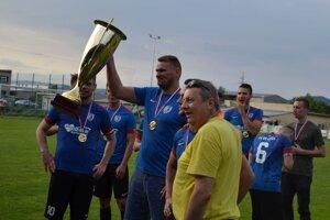 Tréner Dušan Kramlík s pohárom za prvenstvo v 3. lige v ročníku 2018 /2019.