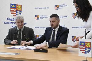 Vpravo generálny riaditeľ Štátnej ochrany prírody SR Martin Lakanda, vľavo štatutárny zástupca Lesopoľnohospodárskeho majetku Ulič, štátny podnik, Peter Šiška.