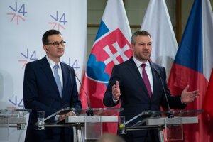 Mateusz Morawiecki (vľavo) a Peter Pellegrini počas tlačovej konferencie po spoločnom stretnutí predsedov vlád krajín Vyšehradskej štvorky (V4) a Rakúska.