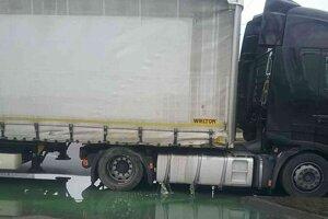 Kamión s prerazenou nádržou.