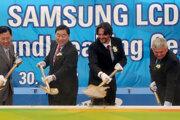Na snímke zľava veľvyslanec Kórejskej republiky na Slovensku Yong Kyu Park, prezident spoločnosti Samsung Sang Wan Lee, vtedajší minister vnútra SR Robert Kaliňák a minister hodpodárstva SR Ľubomír Jahnátek pri začiatku výstavby závodu Samsung vo Voderadoch v roku 2007.
