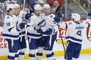Hokejisti Tampy Bay oslavujú gól v zápase proti Winnipegu Jets.