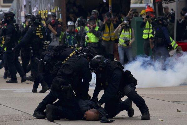 Násilné protesty v Hongkongu pokračujú.