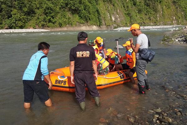 Záchranári pátrajú po troch osobách vo veku 14 až 17 rokov.