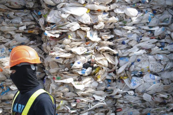 Kontajner plný plastu z Austrálie v prístave Port Klang.