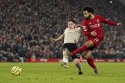 Mohamed Salah strieľa po prihrávke Alissona Beckera druhý gól v zápase FC Liverpool - Manchester United.