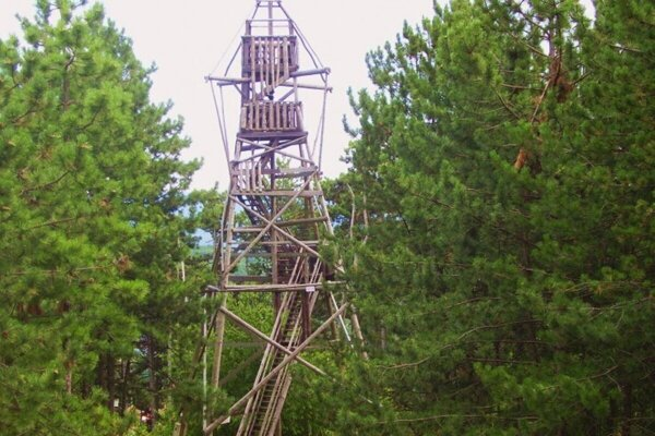 Bývalá rozhľadňa na Vápennom vrchu. Museli ju zbúrať.