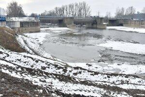Uzatvorený poškodený most cez rieku Laborec medzi Strážskym a miestnou časťou Krivošťany počas kontrolného dňa KSK.