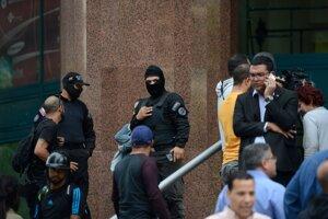 Maskovaní muži blokujú vstup do budovy, v ktorej má Guaidó kanceláriu. Caracas, Venezuela, 21. január 2020.