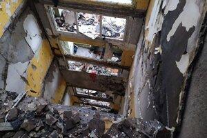 Zrútené schodisko v bytovom dome číslo 7.