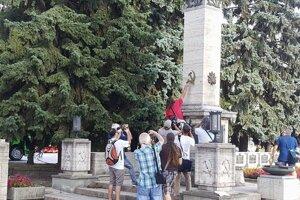 Odstraňovanie symbolov. Kosáky a kladivá padli za obeť odporcom komunistického režimu v deň výročia okupácie.