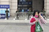 Prázdna stanica, hliadky v uliciach. Uzavreli piate najväčšie mesto Číny