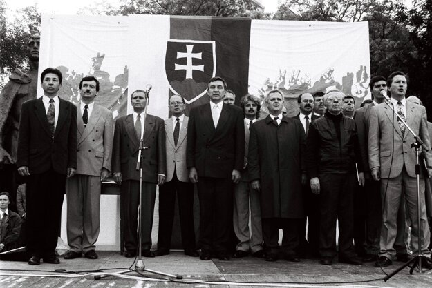 Míting občanov na podporu prezidenta Michala Kováča 16. mája 1995 na bratislavskom Námestí SNP. Na snímke pohľad na tribúnu s predstaviteľmi KDH, DÚ Slovenska a ďalšími hosťami, Anton Hrnko je siedmy sprava.