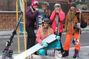 Do Kremnice pricestovala partia mladých žien z Levíc, na autobus SAD Zvolen do lyžiarskeho strediska Skalka však čakala márne.