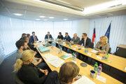 Predseda vlády SR Peter Pellegrini (šiesty sprava) počas zasadnutia krízového štábu na Ministerstve zdravotníctva z dôvodu aktuálnej situácie pre šíriaci sa Koronavírus. Bratislava, 27. január 2020.