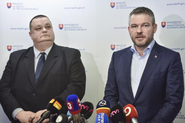 Premiér Pellegrini (vpravo) a hlavný hygienik Ján Mikas (vľavo) na brífingu.