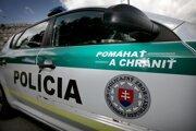 Polícia vyšetruje dve záhadné úmrtia.